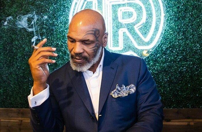 Mike Tyson fumando marihuana